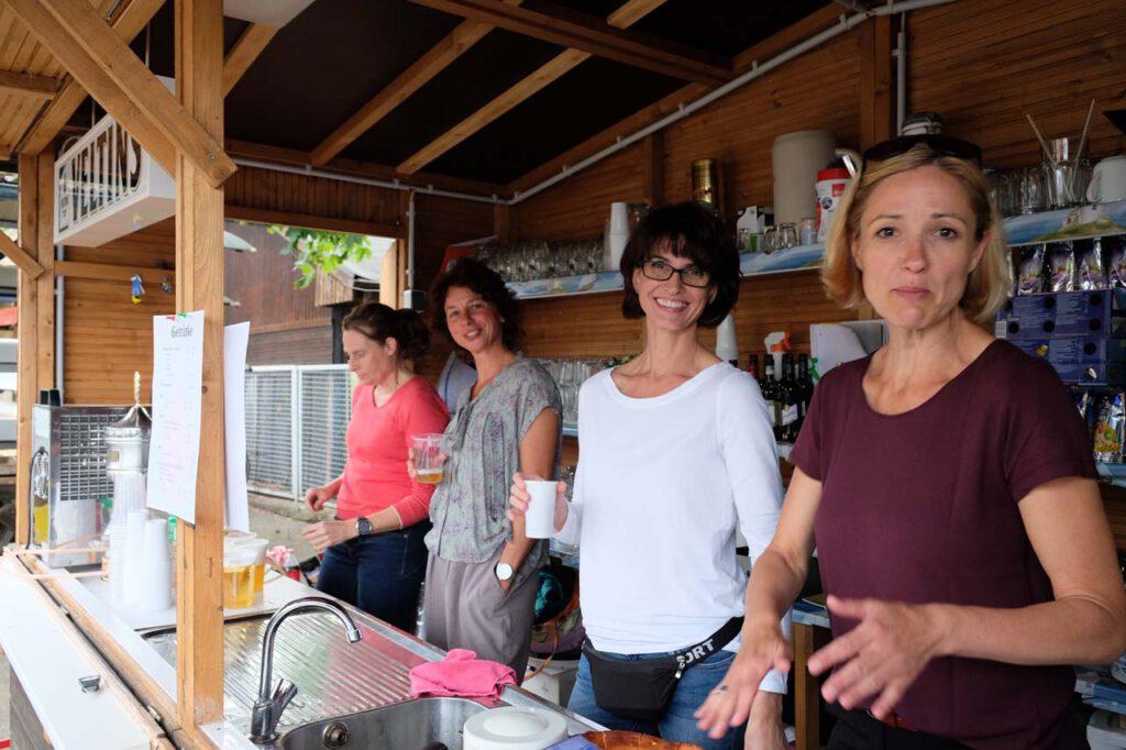 Die Damen im Kiosk